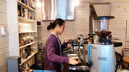 コーヒーを入れる坂尾さん